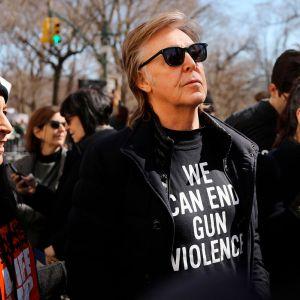 Mais. Foto do site da Entretenimento R7 que mostra Paul McCartney, Lady Gaga, Demi Lovato e mais famosos comparecem em protesto nos Estados Unidos