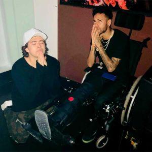Mais. Foto do site da Entretenimento R7 que mostra Whindersson pede ajuda a São Longuinho para melhora de Neymar. Veja as fotos mais divertidas dos famosos!