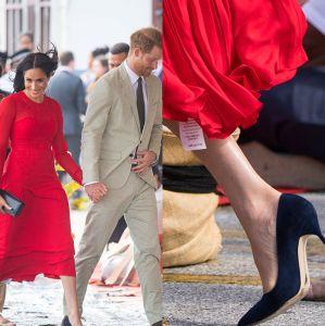 Meghan Markle é flagrada com etiqueta presa ao vestido. Confira as gafes e  quebras de protocolo da duquesa! c3bf8c9b268