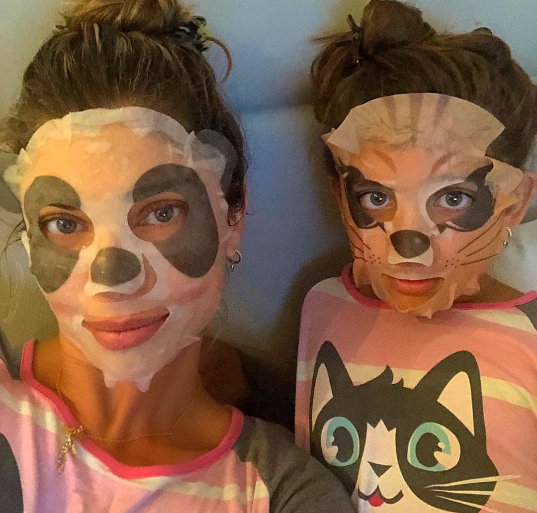 Grazi Massafera posta foto com a filha usando máscaras fáciais de ... 3811606a1d