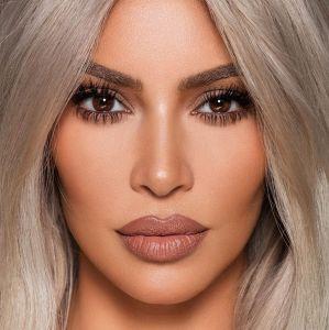 4b1c8cce47e32 Kim Kardashian desabafa sobre doença autoimune após questionarem acne em  sua pele. Confira as celebridades que já falaram sobre suas doenças