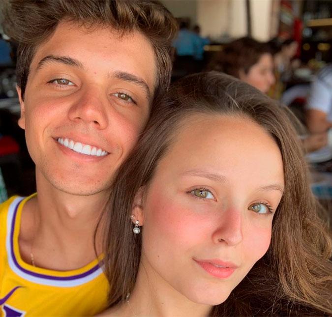 Larissa Manoela reencontra o namorado e o agarra em aeroporto, veja ... 368ec3401a