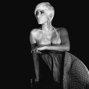 6b79d8110 Anitta aparece de peruca platinada curtinha em divulgação de seu nova  música. Confira tudo que já sabemos sobre o novo projeto da cantora!