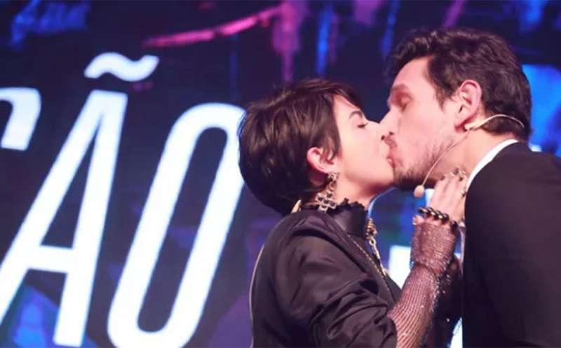 364cbfc0db5a No palco de premiação, Fernanda Paes Leme dá beijão em João Vicente ...
