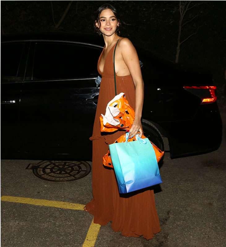 cead41822 Bruna Marquezine aposta em vestido longo decotado para curtir festa da pequena  Titi