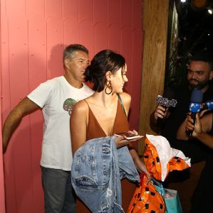 380101e26 Estrelando - Bruna Marquezine aposta em vestido longo decotado para curtir  festa da pequena Titi
