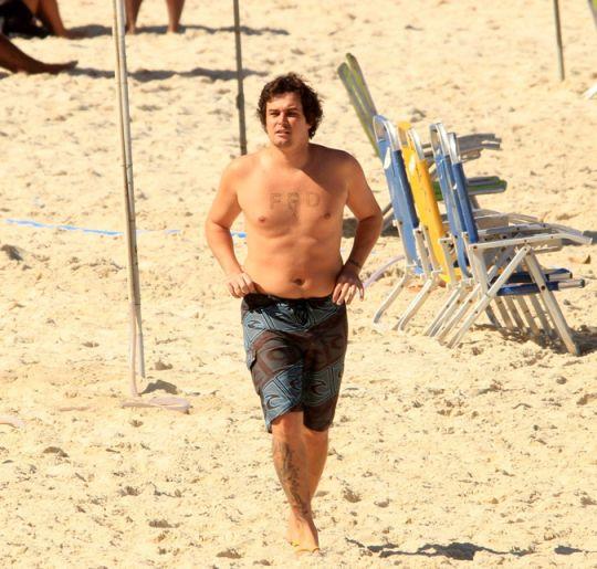 Felipe Dylon é flagrado quase irreconhecível em uma praia do Rio de Janeiro, confira!