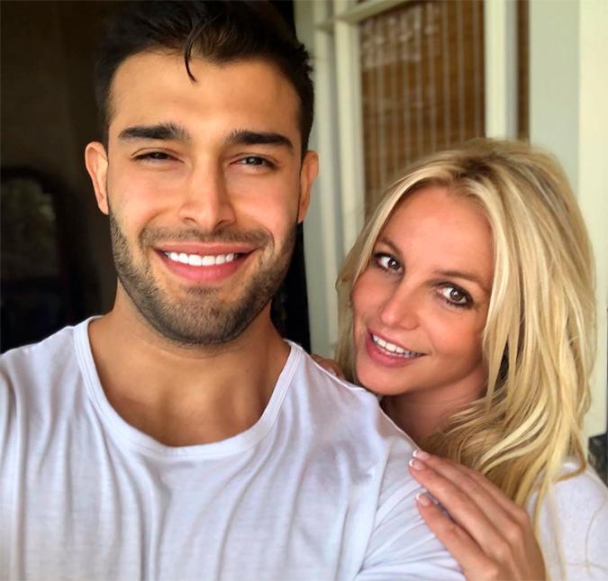 Fontes próximas a Britney Spears afirmam que ela não está noiva - após anel  de diamante causar especulação - Estrelando